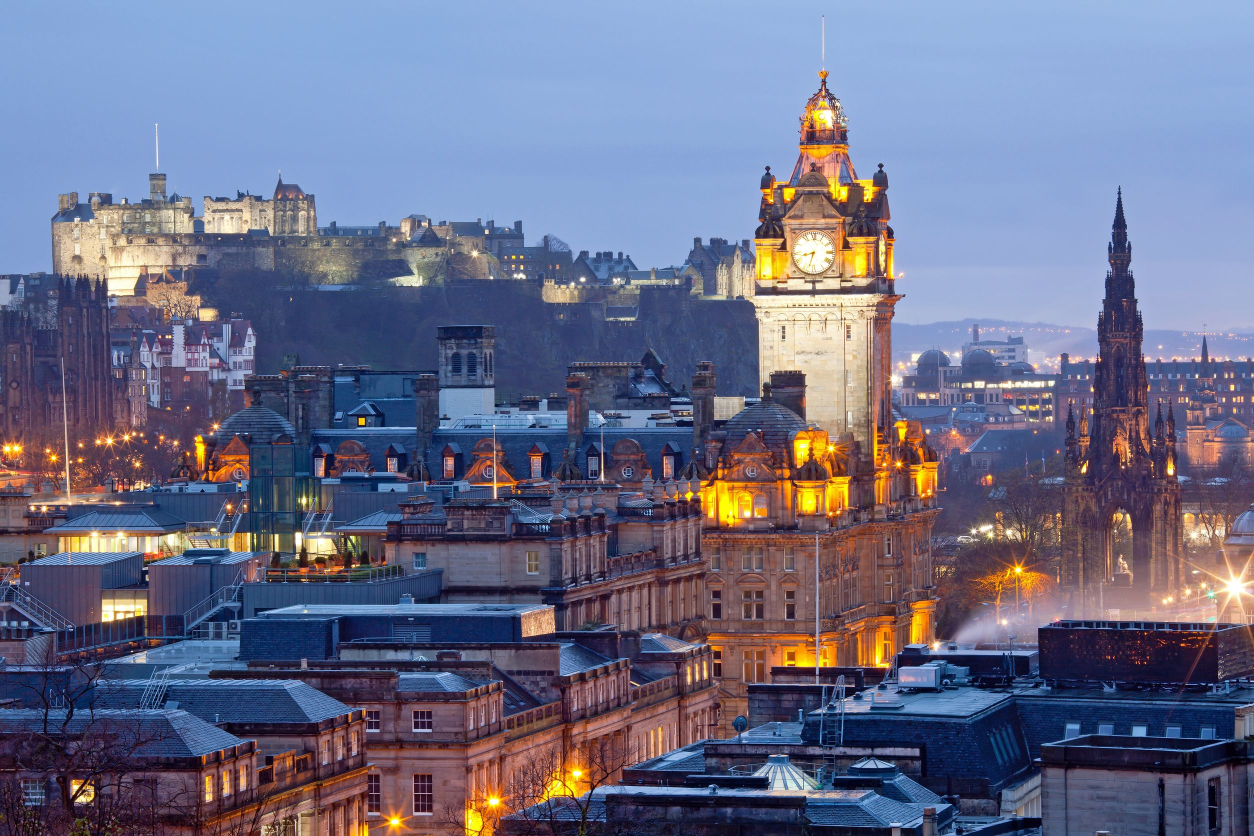 Edinburgh Skyline in Scotland with the Edinburgh Castle and Scott Monument Scotland – Cái nôi học tập hàng đầu thế giới
